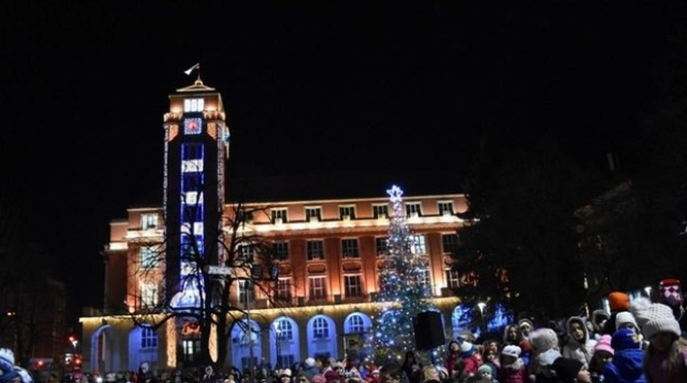 Светлините на коледната елха в центъра на Плевен ще...