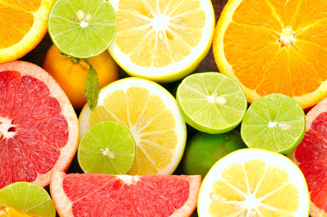 <p><strong>Цитрусови плодове </strong></p>  <p>Те са богати на витамин С. Точно както витамин Е, витамин С е антиоксидант, който се препоръчва срещу уврежданията на очите, свързани с възрастта. Цитрусовите плодове, богати на витамин С, включват: лимон, портокал, грейпфрут.</p>