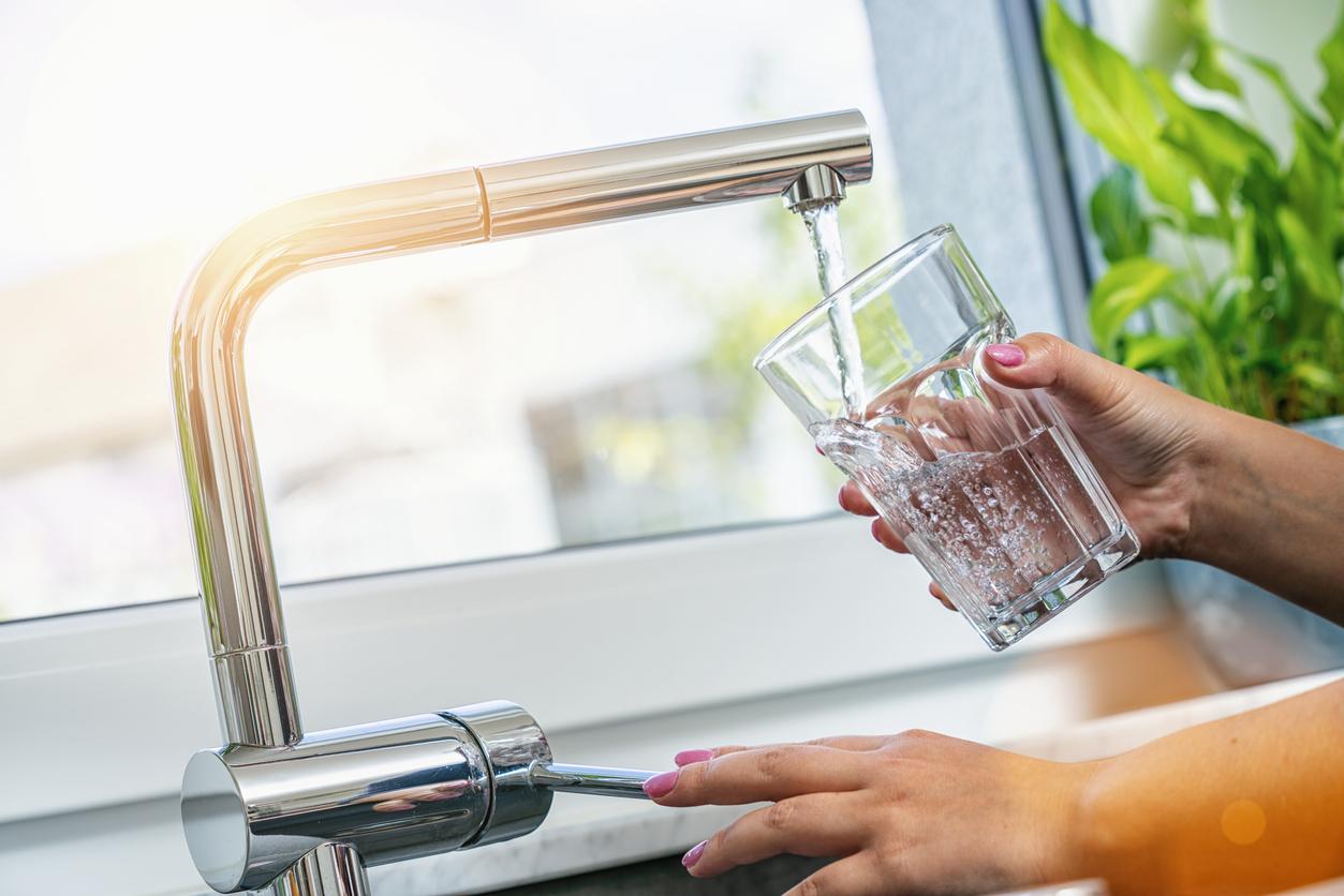<p><strong>Вода </strong></p>  <p>Може да не е изненада, че жизненоважната за живота течност също е жизненоважна за здравето на очите. Пиенето на много вода може да предотврати дехидратацията, което може да намали симптомите на сухота в очите.</p>