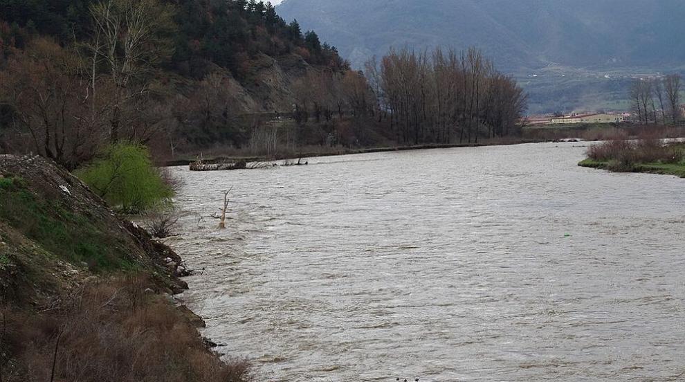 Река Струма се оцвети в бяло край Перник (ВИДЕО)