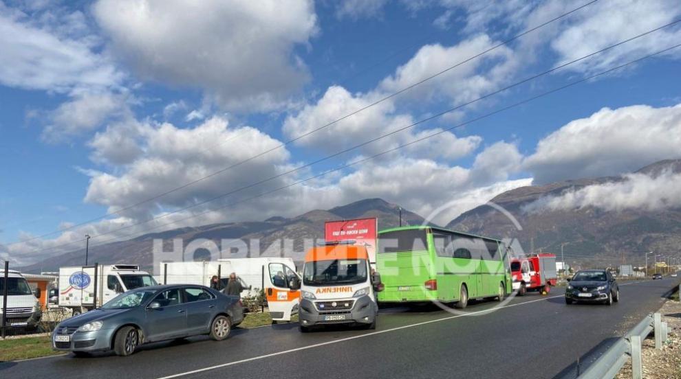 Автобус и кола се удариха на изхода на Карлово (СНИМКИ)
