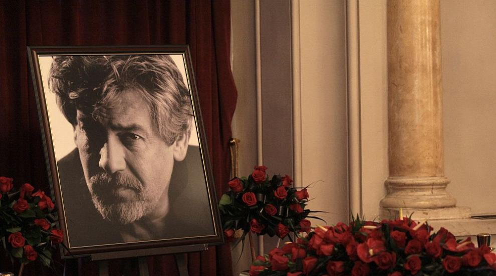 """Стотици чакат на опашка за """"сбогом"""" със Стефан Данаилов в Народния театър..."""