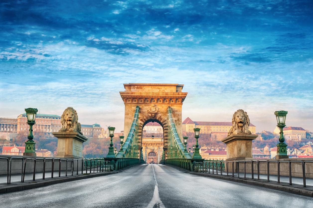 <p><strong>Мост &bdquo;Сечени&ldquo;</strong></p>  <p>Това е верижен мост в Будапеща, Унгария. Той се намира над река Дунав и свързва двете части на града. Дълъг е 380 м. и&nbsp;е широк 18.5 м. Завършен е през 1849 г., а по време на Вторта световна война е разрушен. Построен е отново и е открит точно сто години след първото му откриване. От него могат да се видят едни от най-красивите гледки в Будапеща.&nbsp;</p>