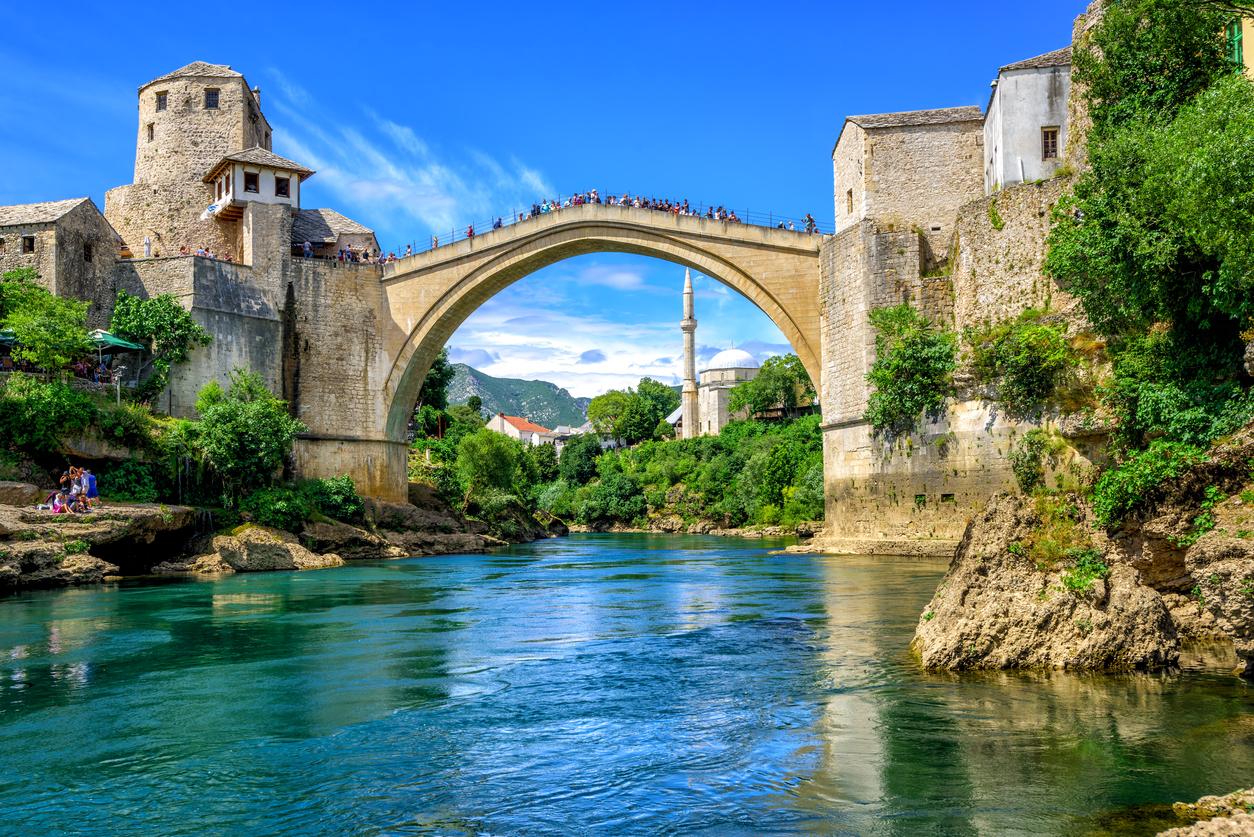 <p><strong>&quot;Стари мост&quot;</strong></p>  <p>Това е пешеходен мост над река Неретва в старата част на град Мостар, в Босна и Херцеговина. Завършен е през 1566 г. и е част от Световното културно наследство на ЮНЕСКО. По време на войната в Босна и Херцеговина &ndash; през 1993 г. той е разрушен, но след това е реконструиран.</p>