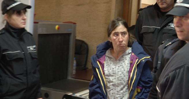 Снимка: Оставиха в ареста жената, обвинена в убийството на баща си