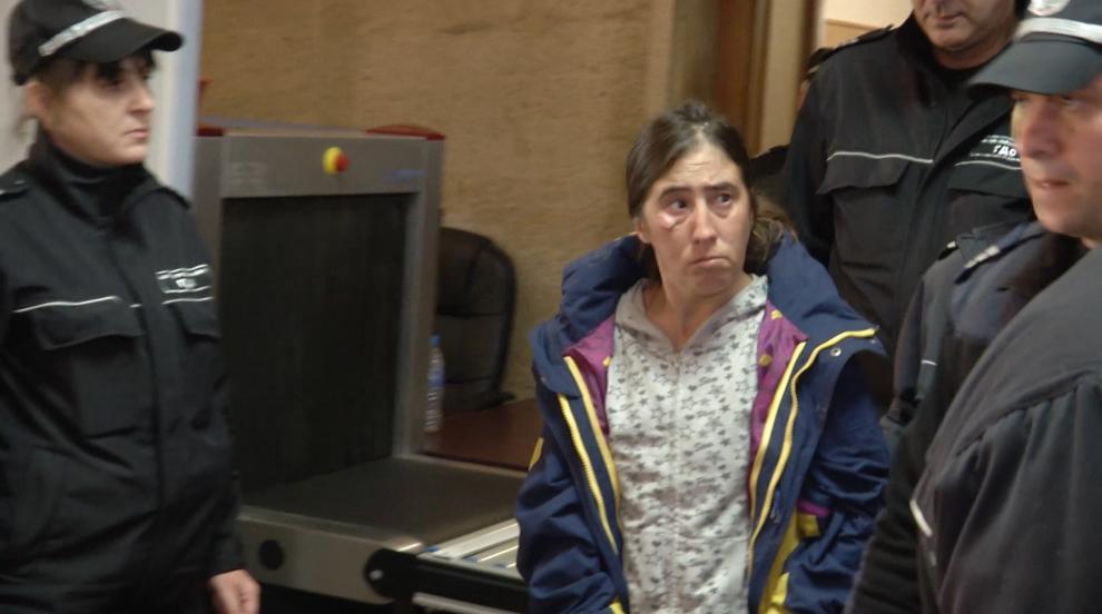 Оставиха в ареста жената, обвинена в убийството на баща си (СНИМКИ)