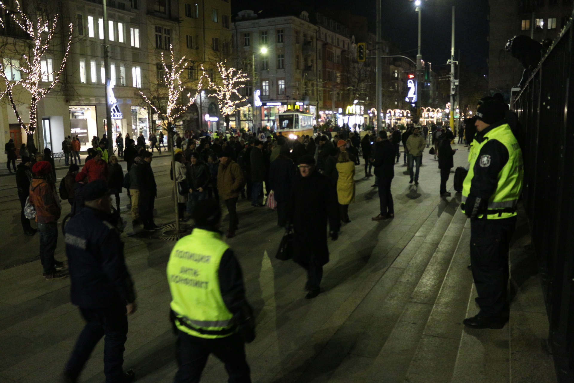 Протестът протича спокойно. В района има засилено полицейско присъствие.