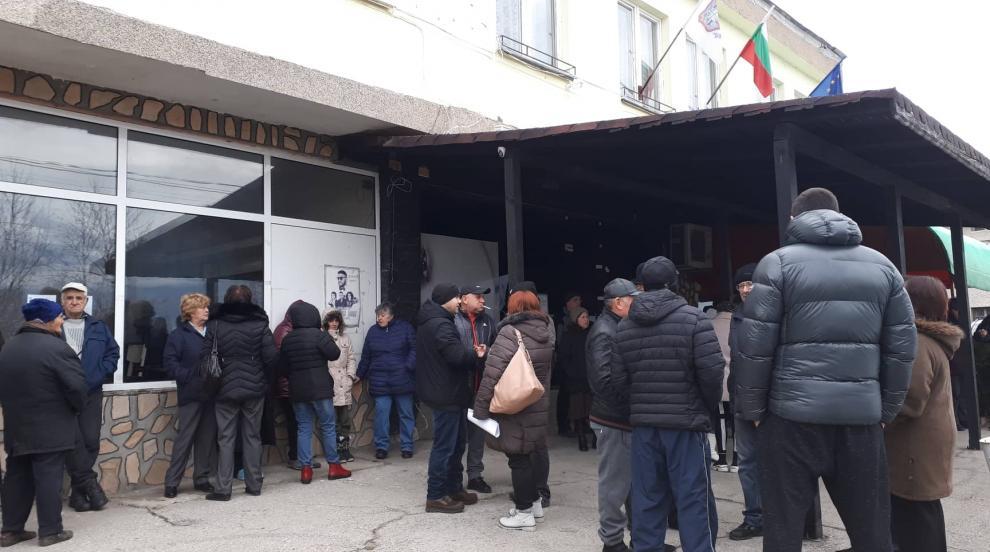 Повече от 1500 подписа събраха жители на с. Яхиново срещу изграждането на...