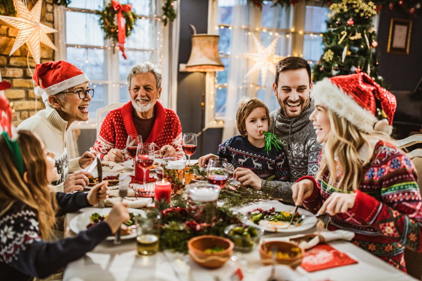 <p>Семейна вечер заедно</p>  <p>Този подарък не изисква много, а само малко време за семейството. В забързаното ежедневие често забравяме за семейството, което ни чака да се обадим или да наминем за уикенда. Коледа е семеен празник, който да ни припомни, че семейството е най-важно.</p>