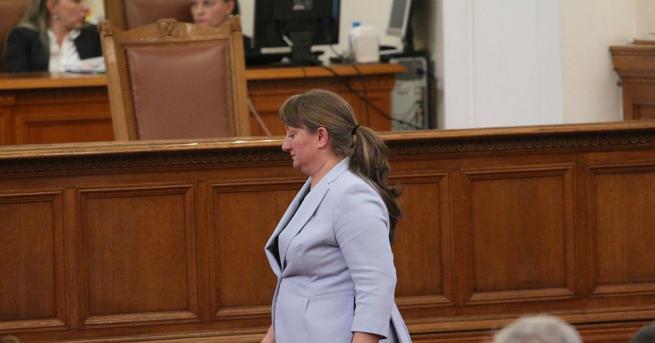 Деница Сачева стана социален министър на ръба - едва 5
