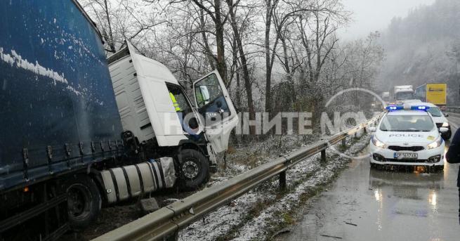 ТИР катастрофира на изхода на Велико Търново в посока прохода