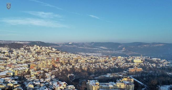 Новогодишните празненства въвВелико Търново започнаха още сутринта, съобщава Десетки жители