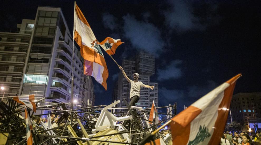 Нестихващи протести в Ливан, демонстранти замеряха с камъни по военните
