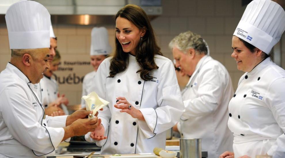 Кейт и Уилям готвят коледни сладкиши в ТВ шоу (СНИМКИ)