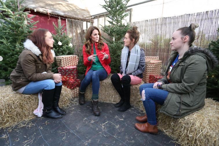 Кейт помага на деца при избора на елха