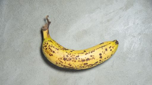 <p><strong>Изкуство</strong>: банан, залепен с тиксо, струва <strong>120 000 долара</strong></p>