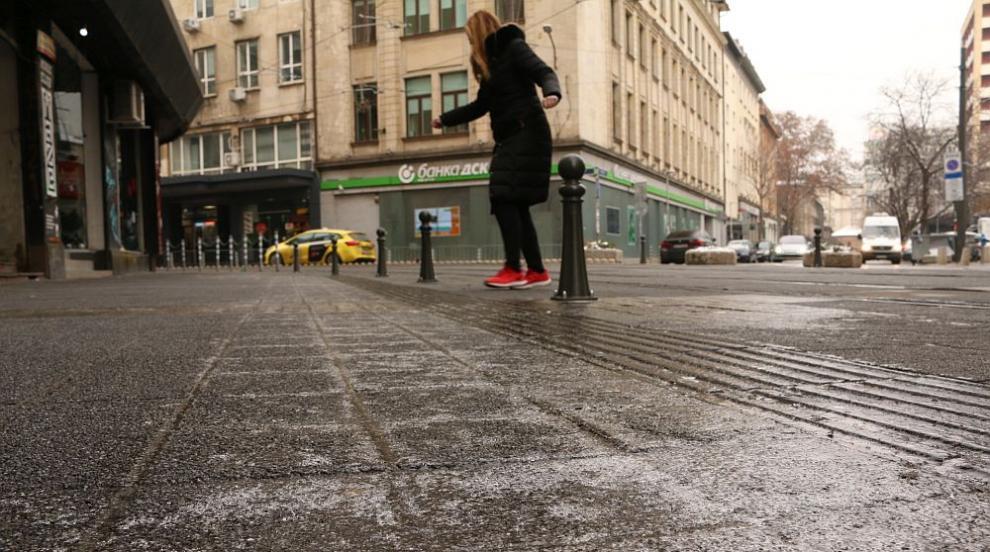 Лед скова столичните улици (СНИМКИ)