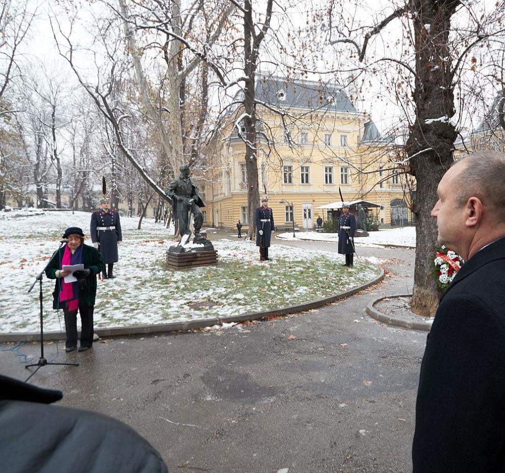 Радев Вапцаров паметник