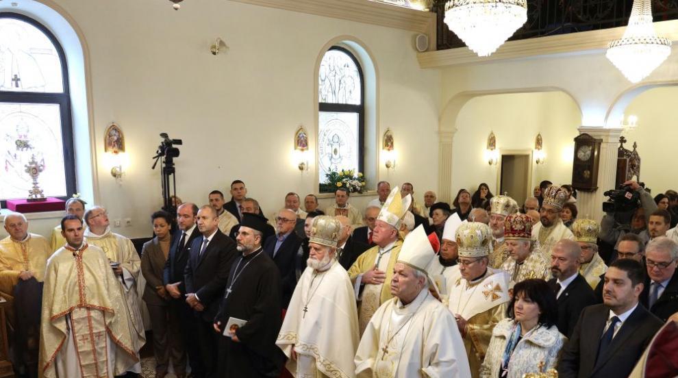 Радев присъства на литургия за въздигане на апостолическата екзархия в...