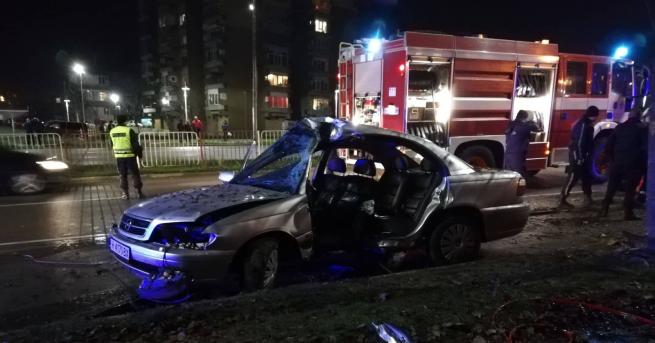 Снимка: Автомобил се заби в дърво в Шумен