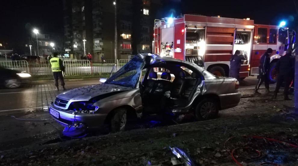 Автомобил се заби в дърво в Шумен (СНИМКИ)