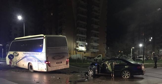 Снимка: 19-годишен пострада в катастрофа между кола и автобус