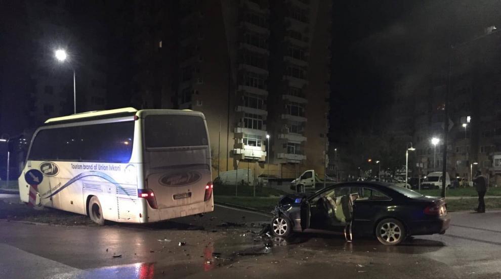19-годишен пострада в катастрофа между кола и автобус (СНИМКИ)