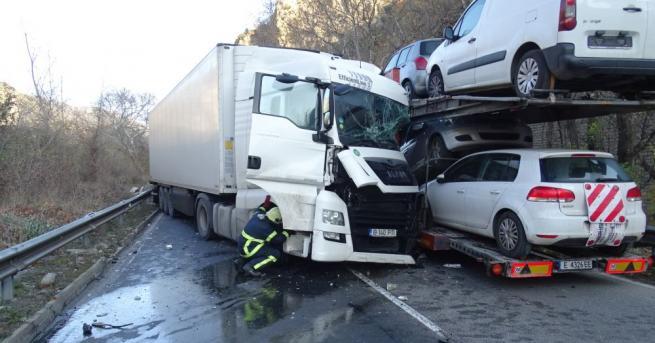 Тежка катастрофа между два тежкотоварни автомобила и лека кола затвори