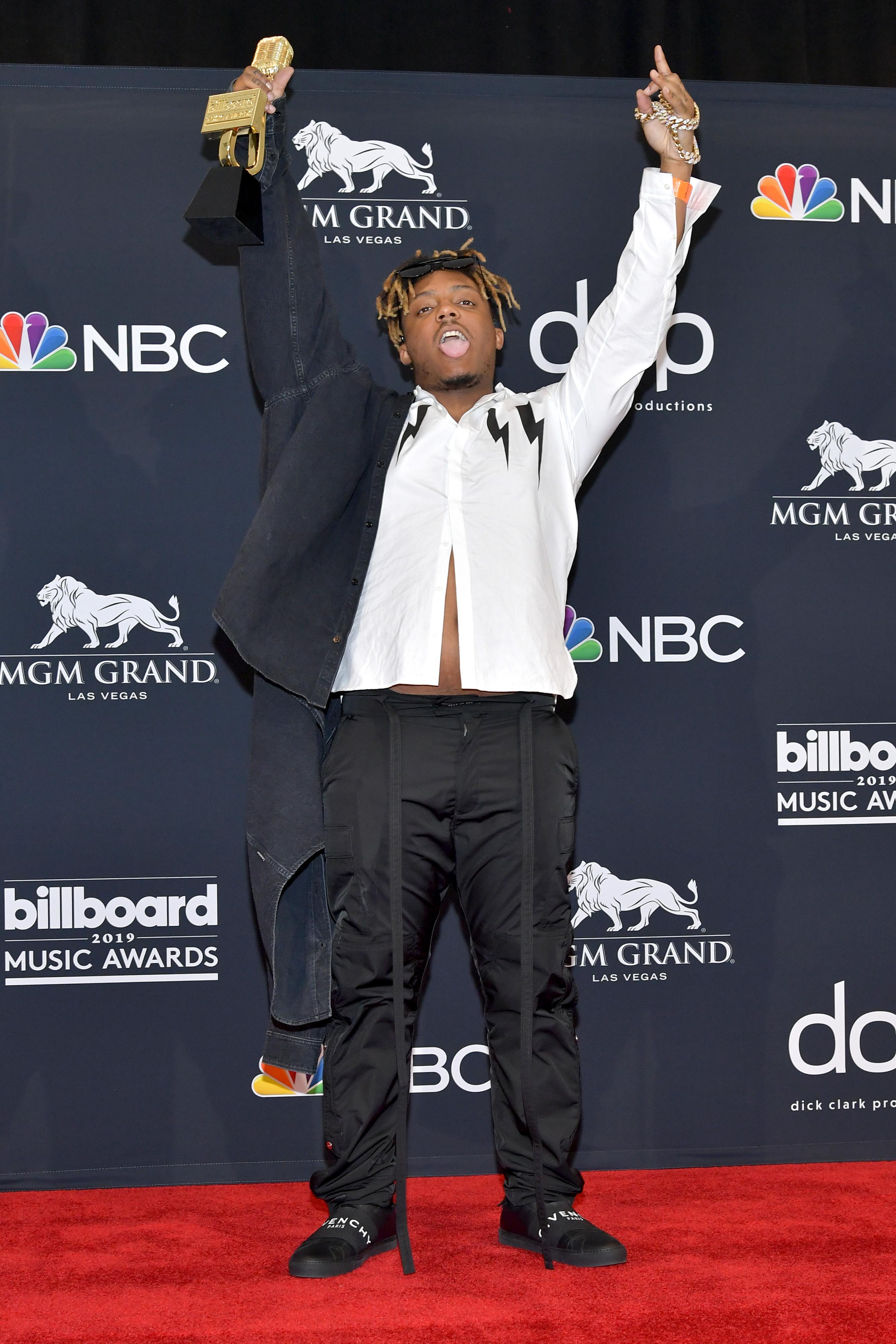 <p>&quot;Lucid Dreams&quot; стана шесторно платинен и достигна номер две в класацията за сингли Хот 100. Джус Уърлд навърши 21 години едва преди няколко дни и само преди две години се дипломира от гимназията.<br /> &nbsp;</p>