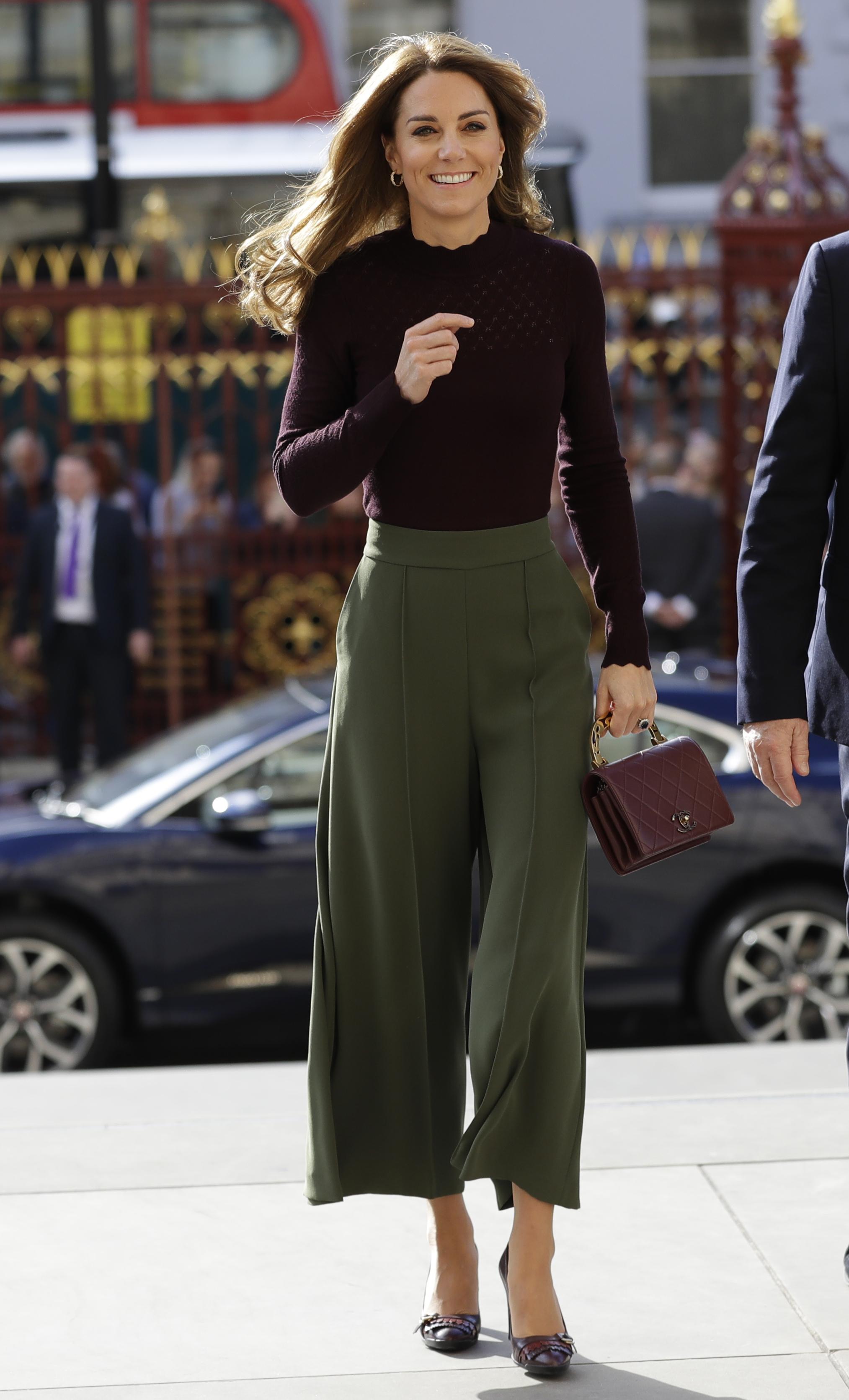 <p>Кейт Мидълтън е една от най-популярните дами в кралското семейство. Известна е с благотворителните каузи, в които се включва и безупречния си стил.</p>
