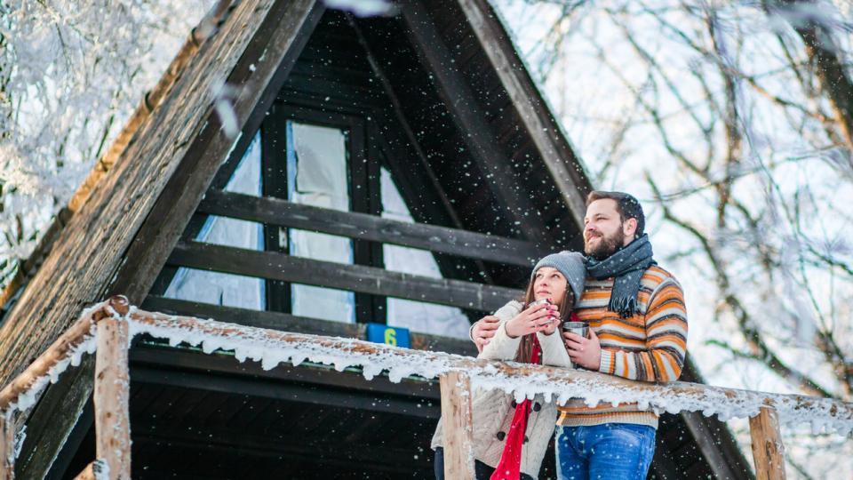 зима любов двойка връзка гора сняг хижа вила