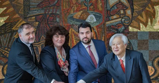 Заместник-министърът на външните работи Георг Георгиев валидира юбилейна пощенска карта