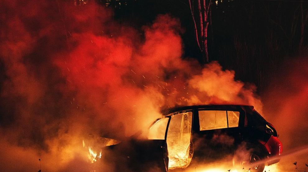 Няколко коли горяха на столичен паркинг (ВИДЕО)