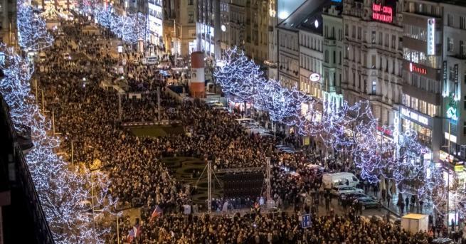 Десетки хиляди граждани излязоха снощи по улиците на чешката столица