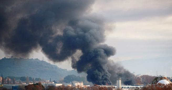 Снимка: Пожар в голям завод край Барселона