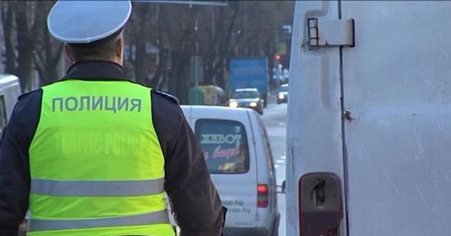 Шофьор и двама пътници в автобус са пострадали при катастрофа
