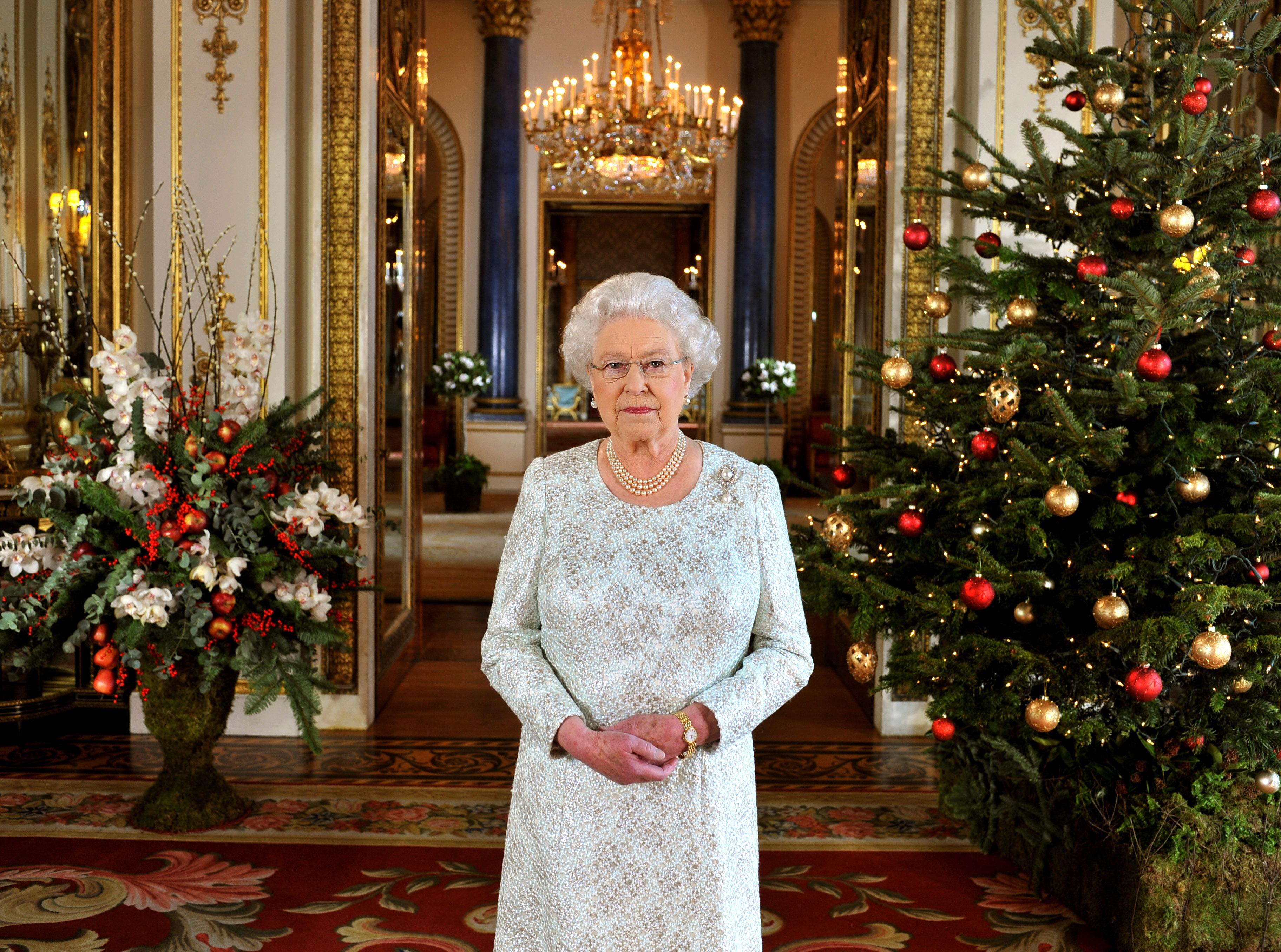 <p><strong>4. Кралицата дарява на служителите си 1500 коледни пудинги всяка година</strong></p>  <p>Кралицата и принц Филип даряват на своите служители 1500 коледни пудинги, се посочва на уебсайта на кралското семейство. Луиз Кулинг казва, че празничните лакомства се осигуряват от лондонския магазин &bdquo;Fortnum and&nbsp; Mason&ldquo;. Можете да си купите същия пудинг от магазина за 52 долара.</p>