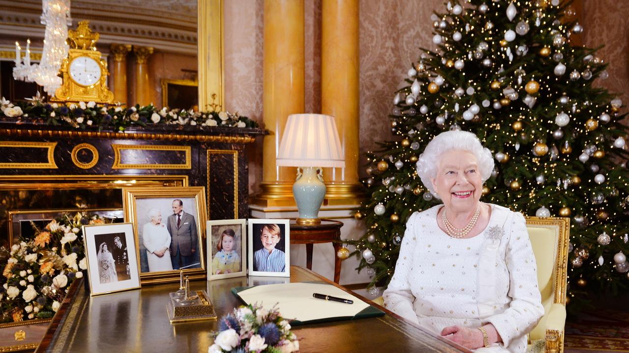 <p><strong>1.&nbsp;Кралицата украсява коледната елха</strong></p>  <p>В своята книга Кулинг пише, че &bdquo;коледните елхи са част от кралските празнични тържества от края на 18-ти век&ldquo;. Настоящата кралица Елизабет II, както и други членове на кралското семейство са превърнали в традиция поставянето на завършващи щрихи към украсата на елхата.&nbsp;</p>