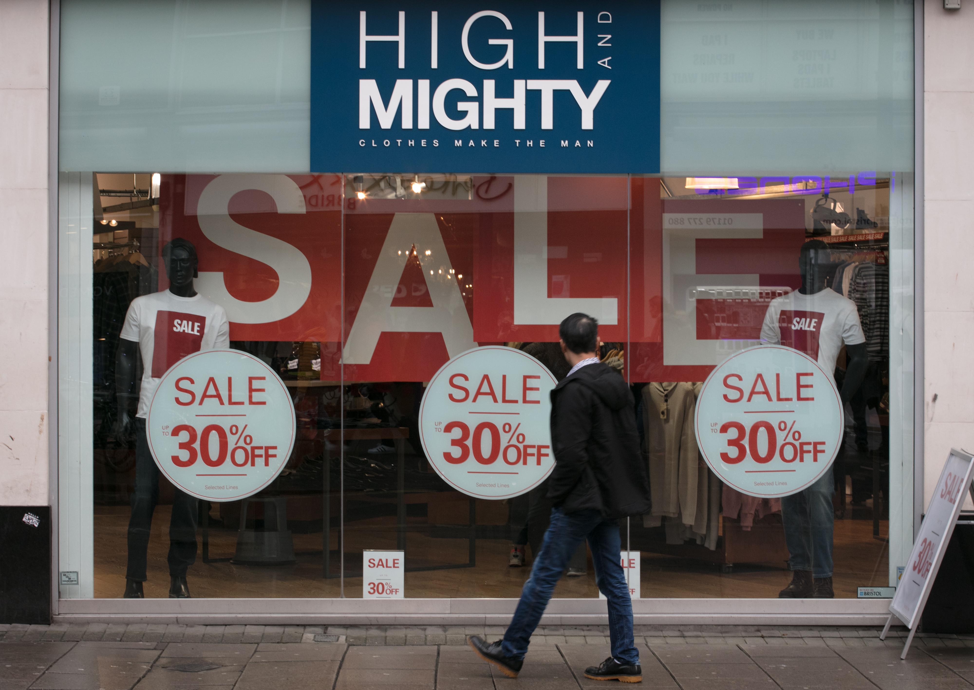 <p><strong>Пазарувайте онлайн </strong></p>  <p>Онлайн пазаруването на коледни подаръци е чудесно по две причини: Избягвате тълпите и се предпазвате от купуване на ненужни неща.</p>