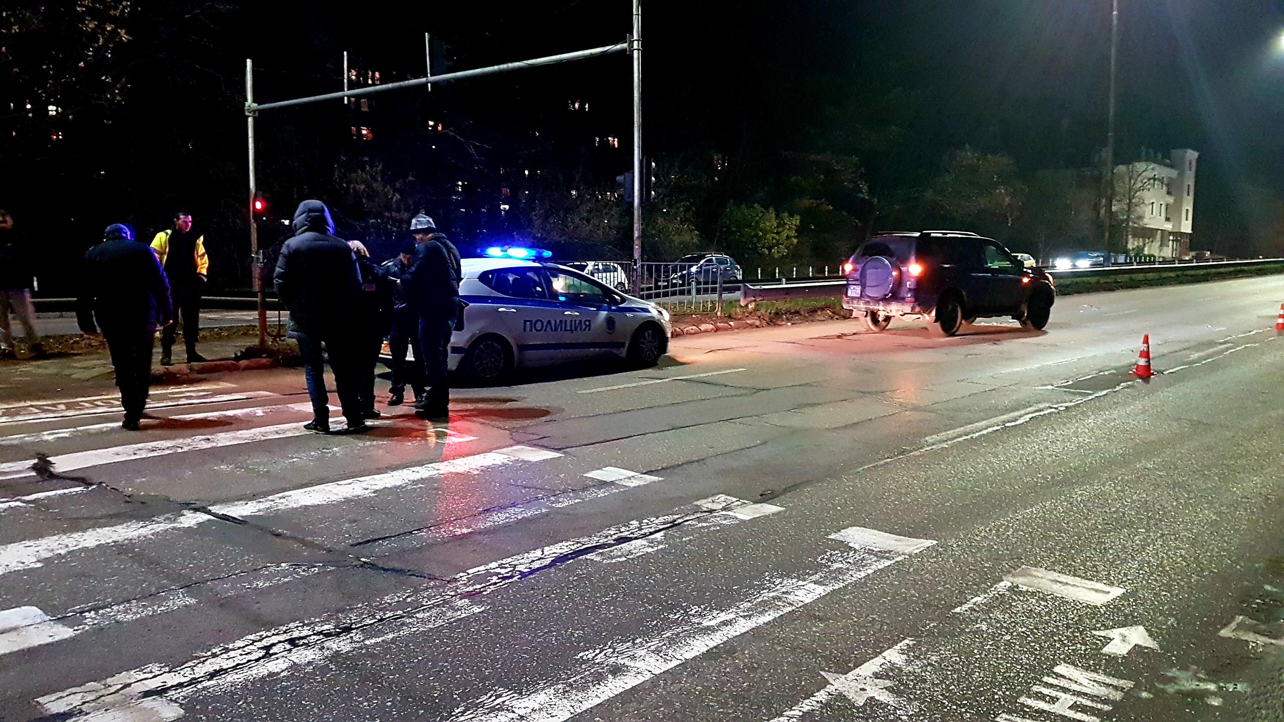 """Две момичета на възраст около 14 години бяха блъснати от джип на столичния бул. """"Никола Вапцаров"""", като едното от тях почина на път за болницата."""