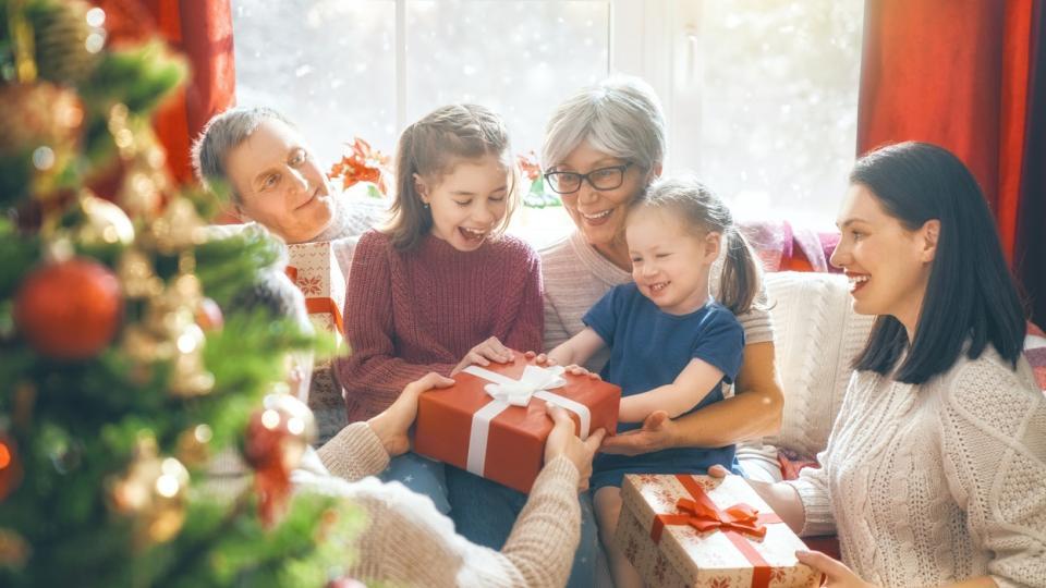 Коледа подарък подаръци семейство елха празник