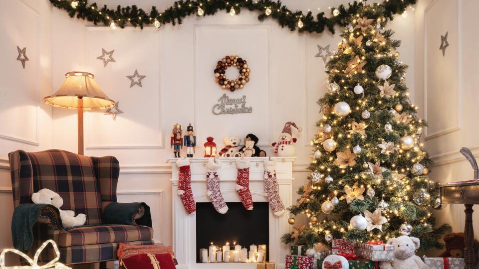 Коледа елха подаръци дом уют украса