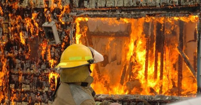 Цяла нощ пожарната служба в Манчестър се бореше с огромен