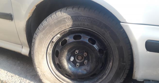 Развиха болтовете на четирите гуми на колата на участник в