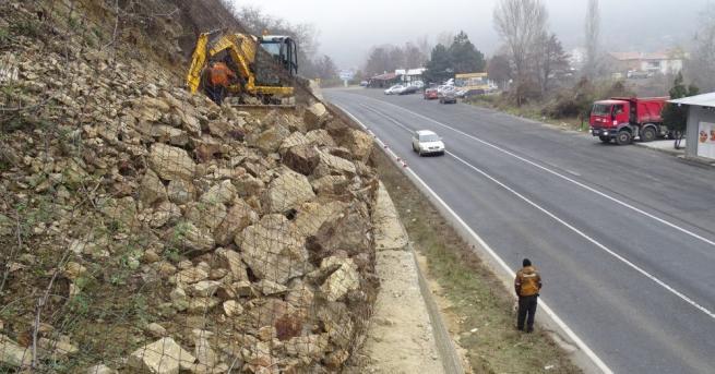 Аварийно почистване на насъбрали се камъни върху подпорна стена се