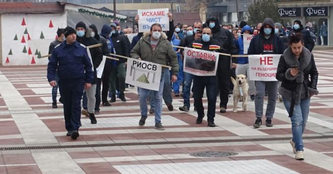 Близо 200 души протестираха с медицински маски на лицата и
