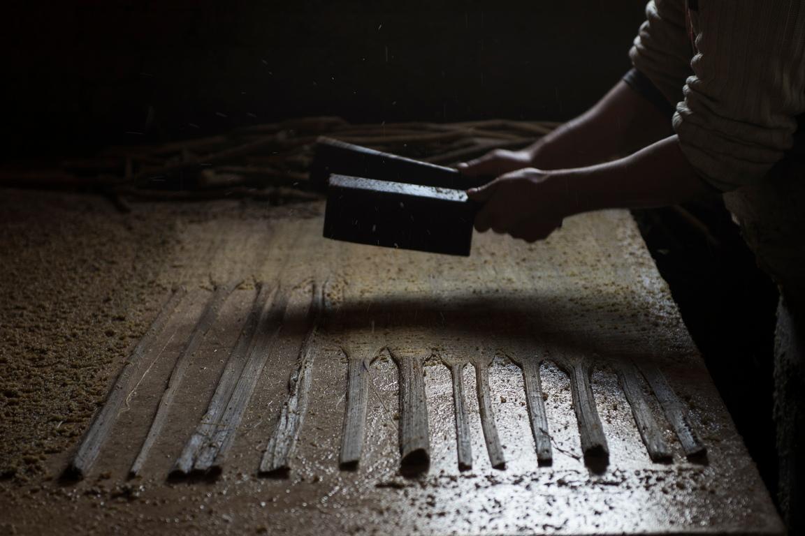<p>Листата се подреждат заедно, пресоват се и се оставят да изсъхнат, преди да се добавят фараонови рисунки върху тях.</p>