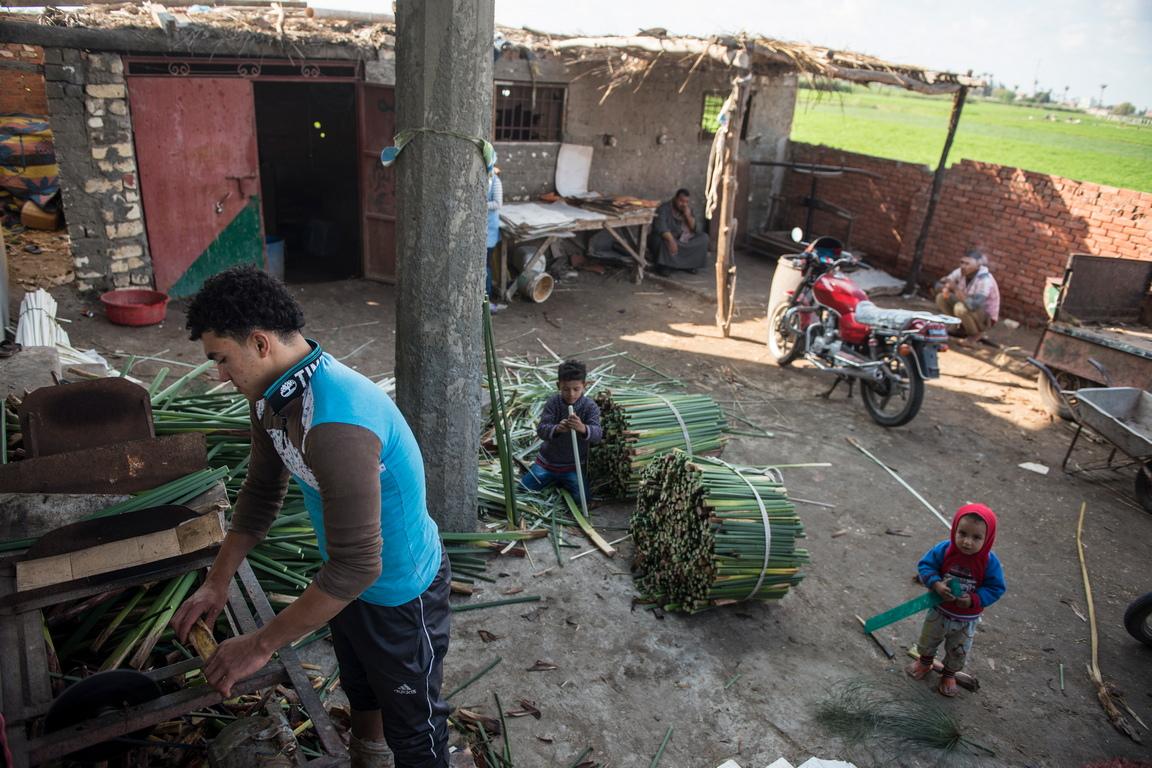 <p>По-голямата част от жителите на селото Ал-Карамос са заети в процеса на производство на дебелата хартия</p>