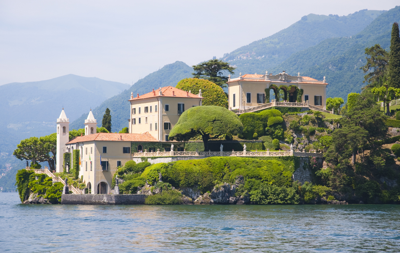 <p><strong>Villa del Balbianello - Италия</strong></p>  <p>Вила от 12-ти век, използвана за филмови продукции, включително филмите &bdquo;Джеймс Бонд&ldquo; и &bdquo;Междузвездни войни&ldquo;. В &quot;Клонираните атакуват&quot; Анакин и Падме се укриват в място, което всъщност е вила в Италия край езерото Комо.&nbsp;</p>