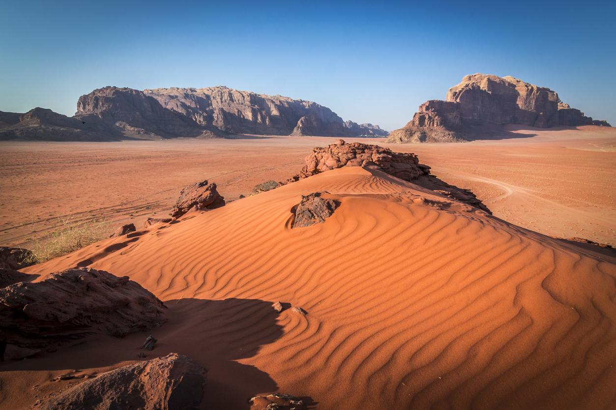 <p><strong>Уади Рам - Йордания</strong></p>  <p>Мястото се слави със своите &bdquo;извънземни&ldquo; и &bdquo;приказни&ldquo; пейзажи. Затова и често се появява в различни филмове продукции - като &quot;Лорънс Арабски&quot;, &quot;Марсианецът&quot; и последния&nbsp;филм от поредицата &quot;Междузвездни войни&quot; - &quot;Възходът на Скайуокър&quot;.&nbsp;</p>